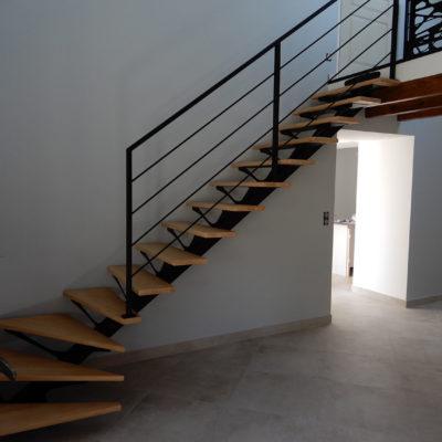 Escalier 1/4 tournant bois acier thermolaqué et tôle décorative