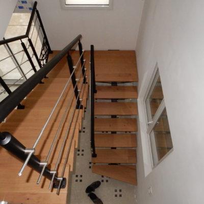 Escalier à Tours 2/4 tournant bois acier thermolaqué limon centrale et tôle décorative