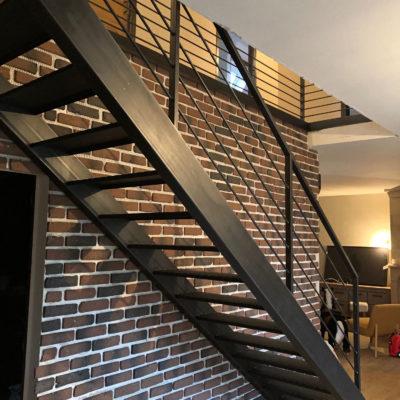 Escalier acier brut avec mur briques