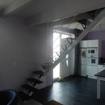 Escalier blanc à Vendôme limon central