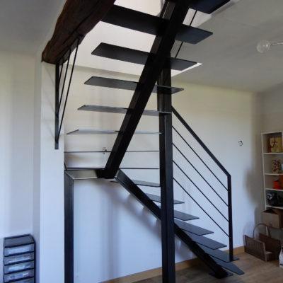 Escalier 1/4 tournant acier brut limon central