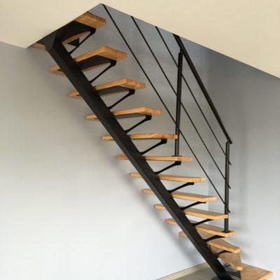 Escalier limon central métal noir et bois fabricant d'escalier Loir-et-Cher Vendôme