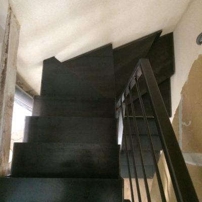 escalier limon cannelé métal brut